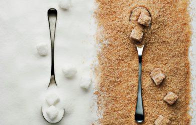 Qual è la reale differenza tra zucchero bianco e di canna? Scopriamo le proprietà e le caratteristiche di due zuccheri così tanto discussi.