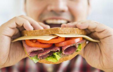 Riduciamo sempre di più l'assunzione di cibo allo scopo di dimagrire. E se invece la chiave per aumentare il dispendio energetico fosse mangiare di più?