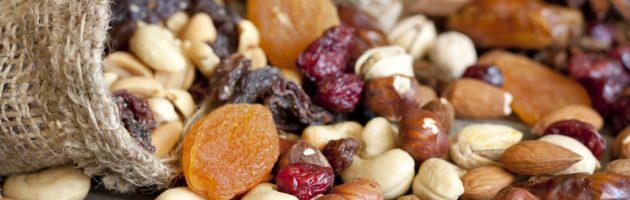 Conosci la differenza tra frutta secca ed essiccata? Sai che hanno composizione totalmente differente? Ecco, è bene che tu le conosca più nel dettaglio.