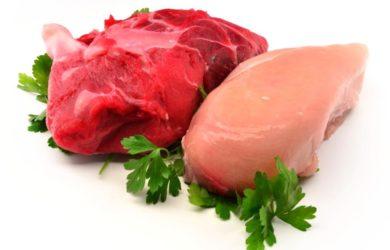 La carne bianca è più salutare di quella rossa? La carne rossa è più cancerogena? Scopriamo perché la differenza di colore non è tutto.