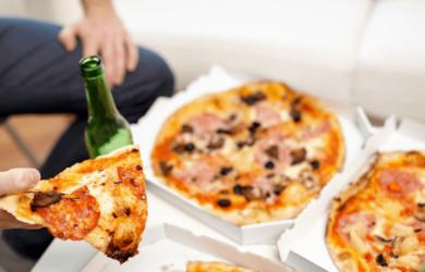 Sgarrare mentre si sta seguendo una dieta può compromettere il dimagrimento? Può addirittura far recuperare il peso perso?